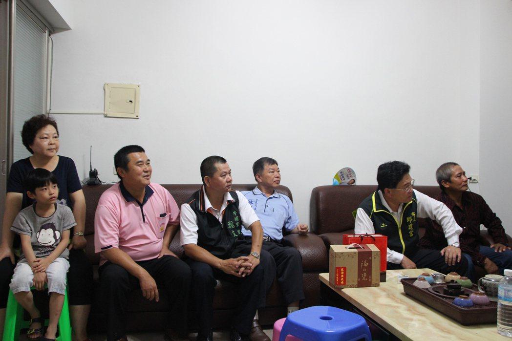 彰化市長邱建富(右二)今天上午與向俊賢一家人一起關心賽事。記者林敬家/攝影