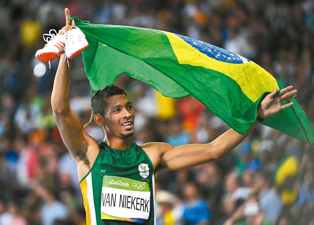 南非廿四歲好手范尼凱克,打破高懸十七年的四百公尺世界紀錄。 歐新社