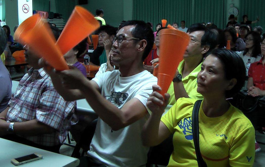 戴資穎的父親戴楠凱(中)與母親胡蓉(右),為愛女加油!記者徐如宜/攝影