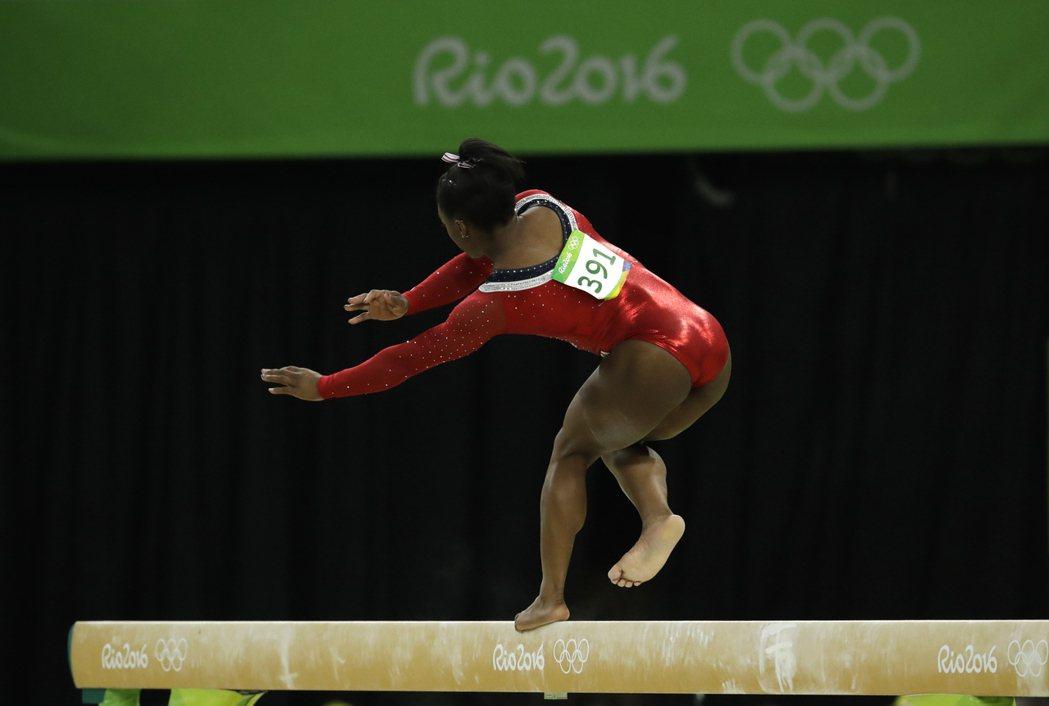 美國體操名將拜爾斯(Simone Biles)因前空翻腳滑沒有站穩發生失誤,最終...