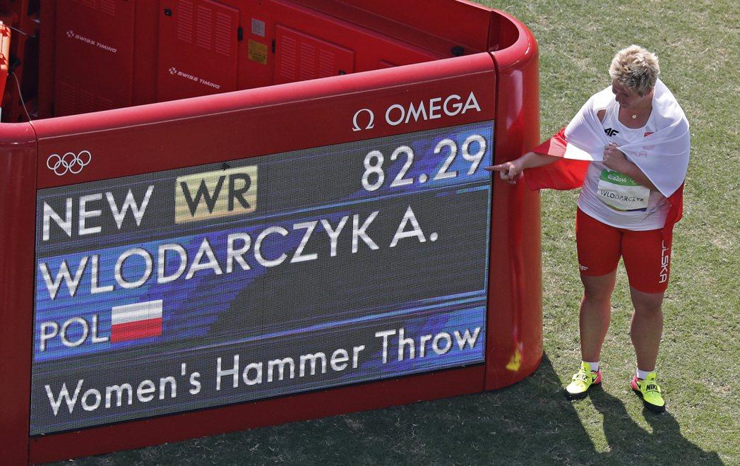 不論手套有多破損,烏羅達茲克都會堅持修補,持續戴著它出賽。 美聯社