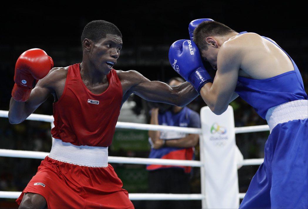 馬丁尼茲(左)望他的努力和獎牌,可以激勵哥倫比亞的拳擊運動發展。 美聯社