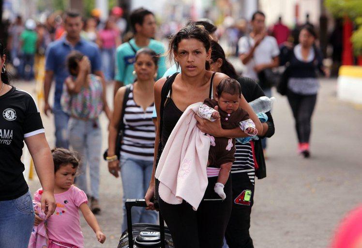 委內瑞拉生活用品短缺,大批民眾越境進入哥倫比亞購買食品和藥品。 圖/歐新社
