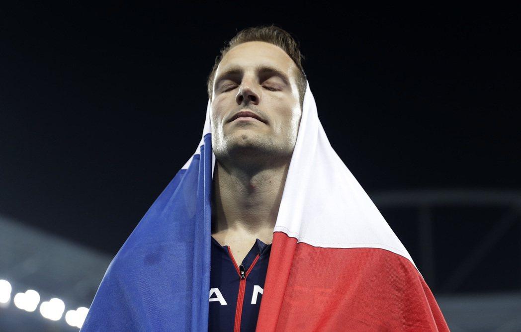 法國「鳥人」拉維雷尼在撐竿跳衛冕失利只奪銀牌,露出失望表情。 美聯社