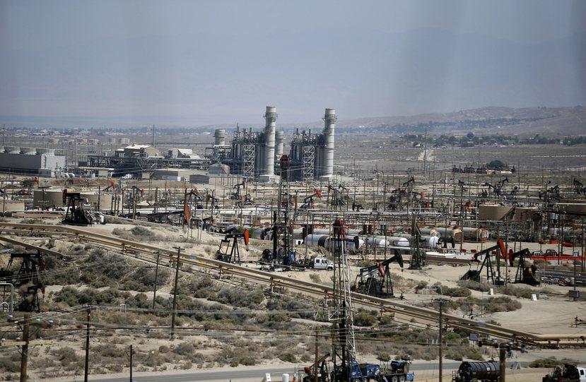 一個頁岩氣鑽井站,約佔地四到五公頃,包含各種加壓水泵機械、天然氣儲藏設施,若加上...