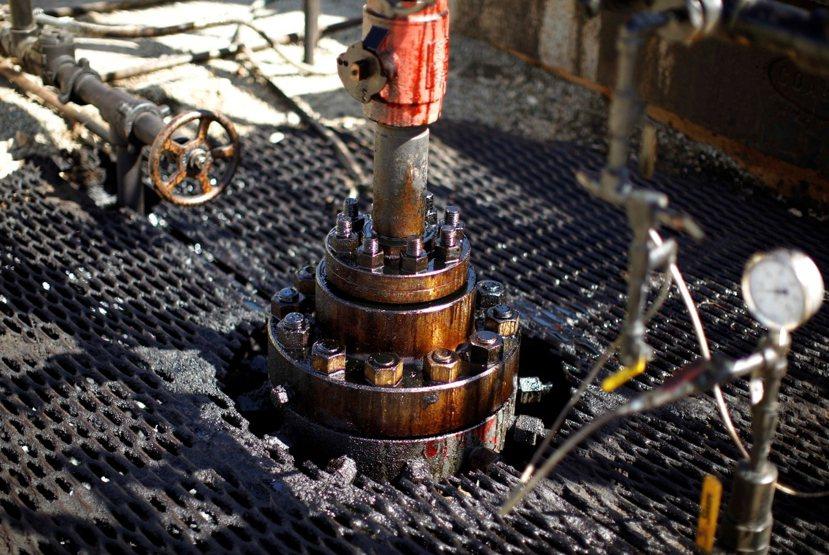開採頁岩油的特殊水平鑽井法,在地底下垂直鑽到油頁岩層的深度後,可往平行頁岩節理的...
