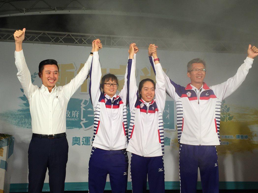 奧運女子射箭銅牌好手譚雅婷、林詩嘉與教練倪大智返國,市長林智堅為他們辦歡迎會,儘...