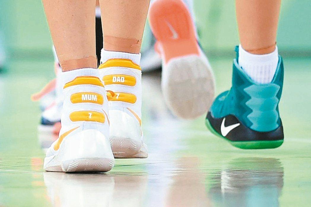 澳洲女籃傳奇泰勒穿著寫著爸爸和媽媽的球鞋,帶著家人思念與使命參加奧運。 (圖/摘...