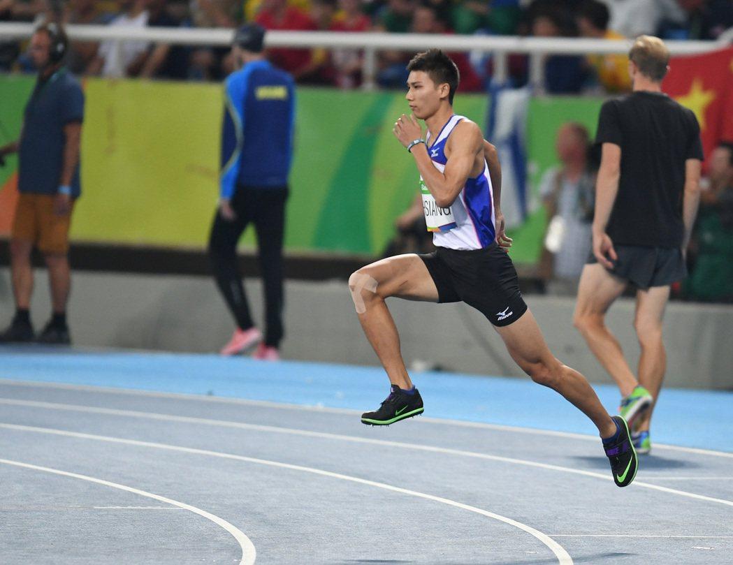 奧林匹克運動會田徑場上,中華隊田徑男子跳高選手向俊賢在比賽摔倒,無緣晉級,結束奧...