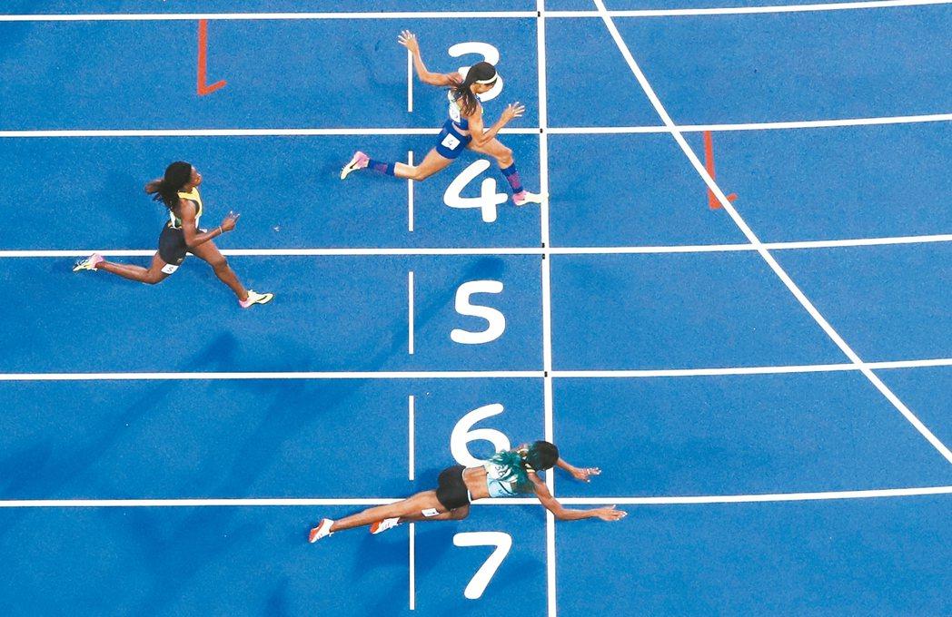 巴拿馬女將米勒(圖下者)在里約奧運女子400公尺決賽,靠終點前奮力一撲奪金,力壓...
