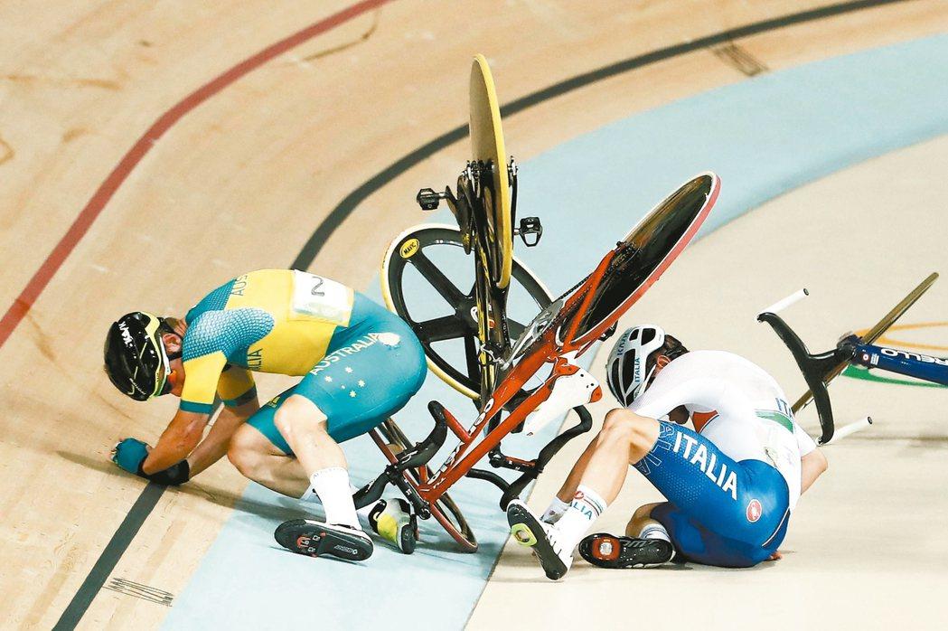 義大利車手維維亞尼(右)雖然摔車,仍奮力爬起衝刺,最後摘金。 法新社