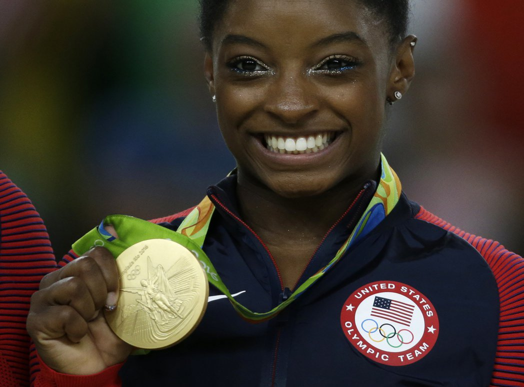 美國體操巨星拜爾斯(Simone Biles)在地板動作再添一金,追平女性體操選...