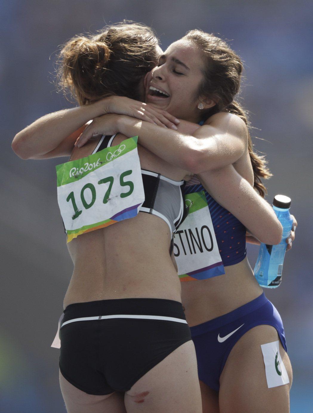 美國選手迪阿寇斯蒂諾(右)與紐西蘭的漢布林(左)雙雙完賽後相擁。 美聯社