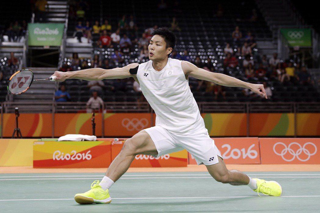面對世界球王李宗偉,台灣羽球「一哥」周天成在里約奧運男單8強戰以9:21、15:...