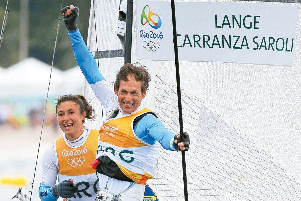 54歲的朗吉(右)是里約奧運最老的帆船選手,同時是位抗癌鬥士,但他仍克服困難,與...