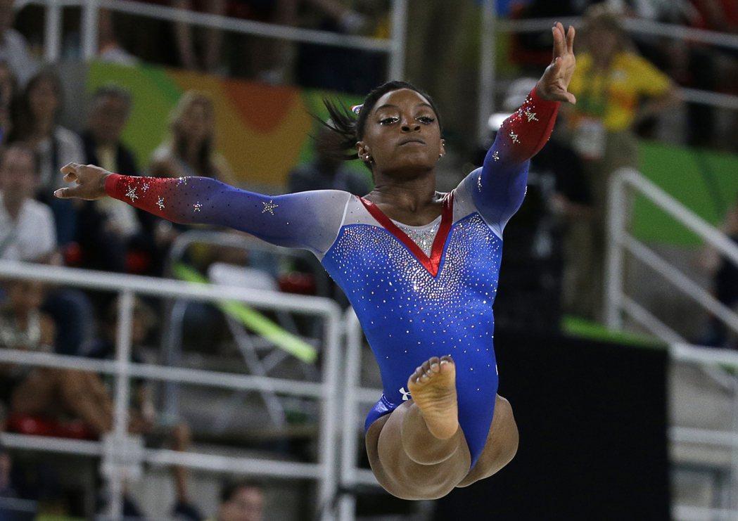 美國體操小天后拜爾斯天在里約奧運體操女子地板運動拿下金牌。 美聯社