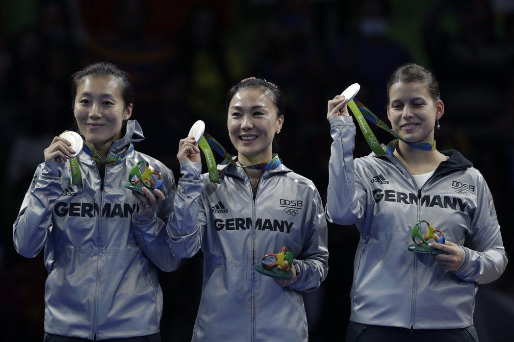 女桌團體賽決賽,德國隊有2名選手都來自大陸,形成大陸人打大陸人的局面。 美聯社
