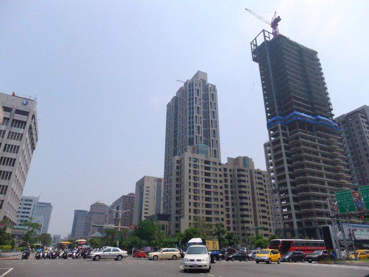 台北市打算調高中古屋房屋標準單價,且回溯至34萬戶30年內的中古屋,但反面來看,...