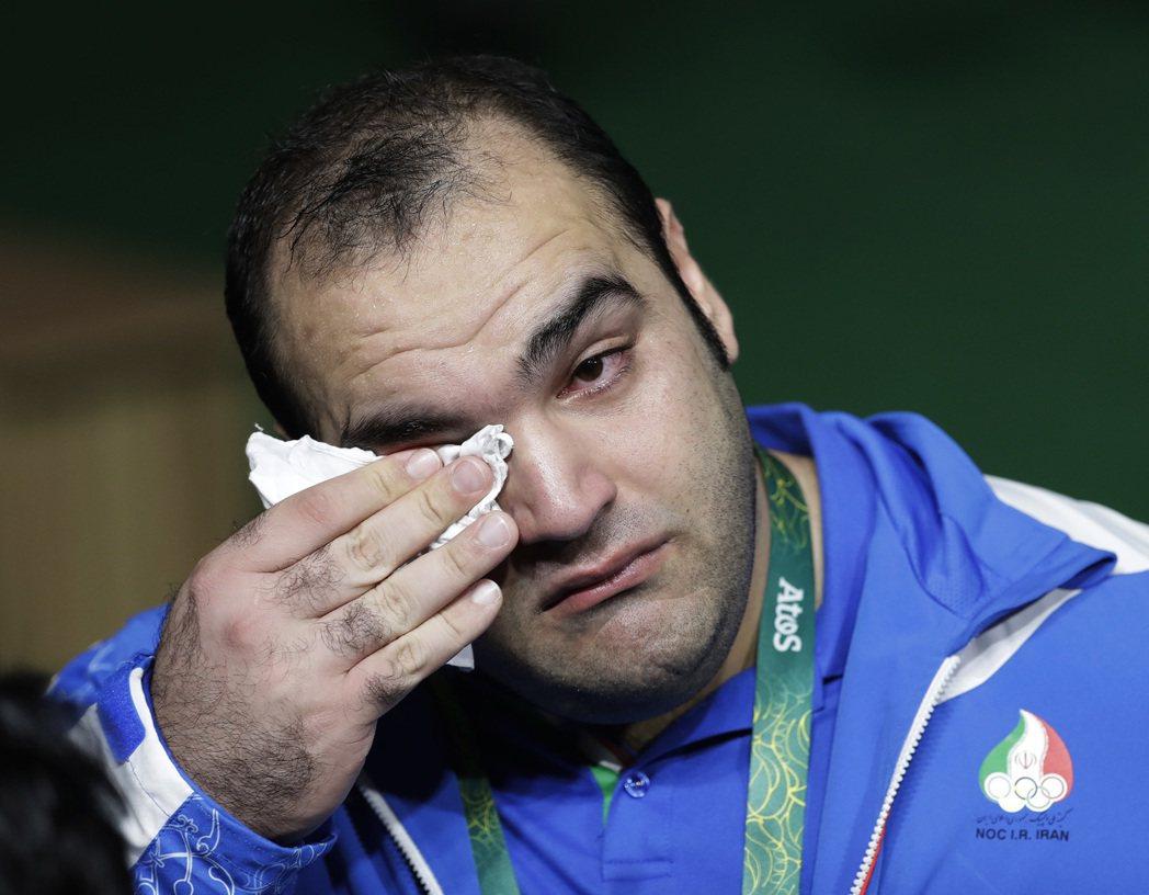 170公斤重的薩利米像個小孩一樣,對著記者嚎啕大哭,認為裁判故意判他失格。 美聯...