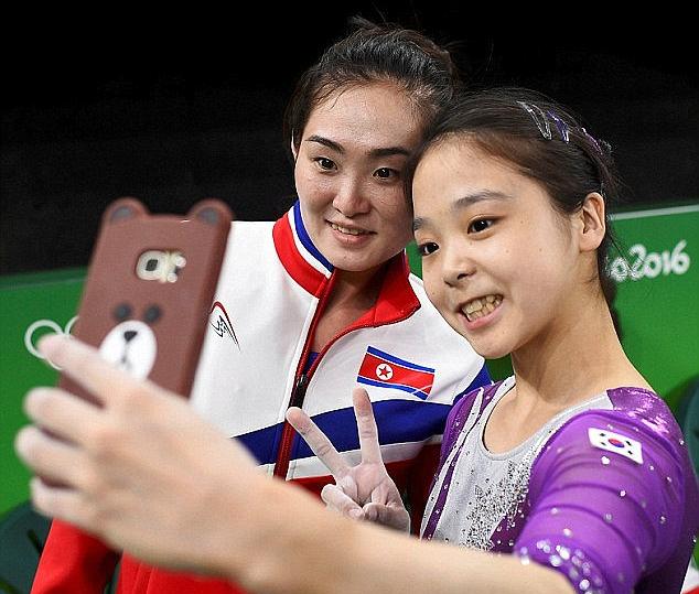 日前南韓體操選手李恩珠與北韓選手洪恩貞於比賽會場自拍的照片在網路上瘋傳,卻傳出北...