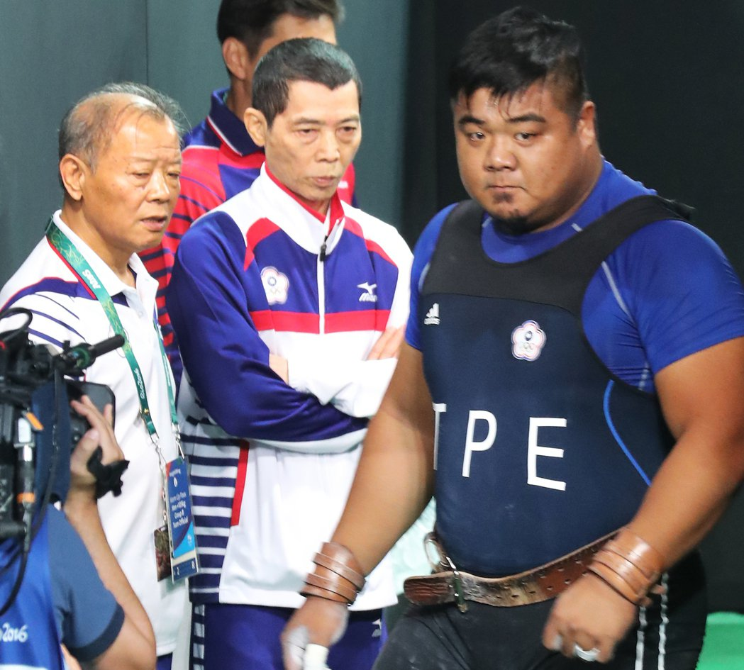 中華隊陳士杰(右)在B組出賽,抓舉185公斤、挺舉三次都失敗,「失格」收場;在林...