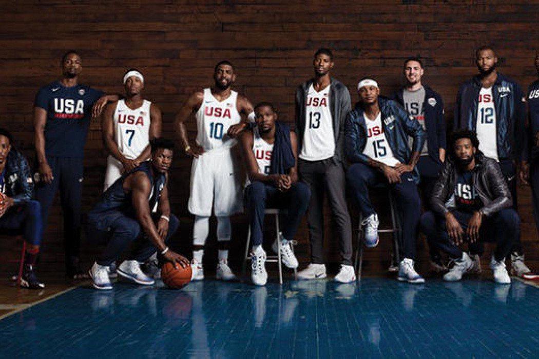 NIKE釋出美國籃球國家隊的合影,凡是沒穿NIKE鞋的球員,全都站在後面。圖/N...