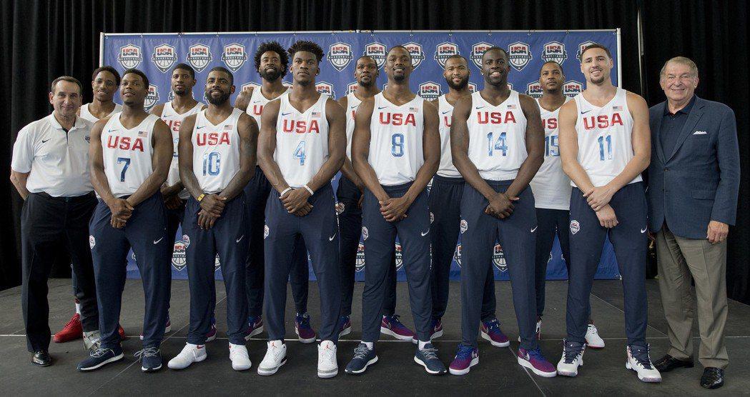 美國籃球國家隊穿NIKE隊服合影,腳下球鞋品牌洩露玄機。圖/美聯社