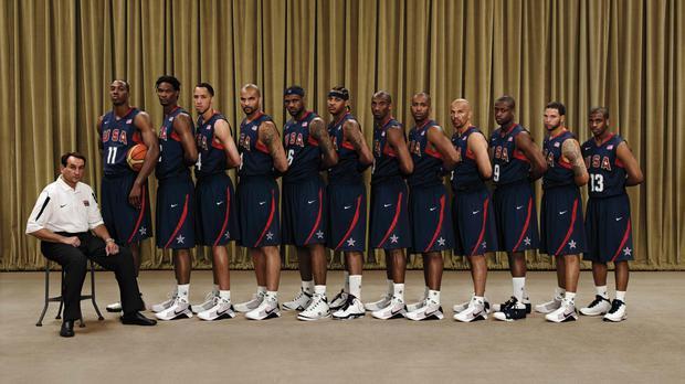 2008年美國籃球隊合影,只有Dwight Howard(左二)穿的是adida...