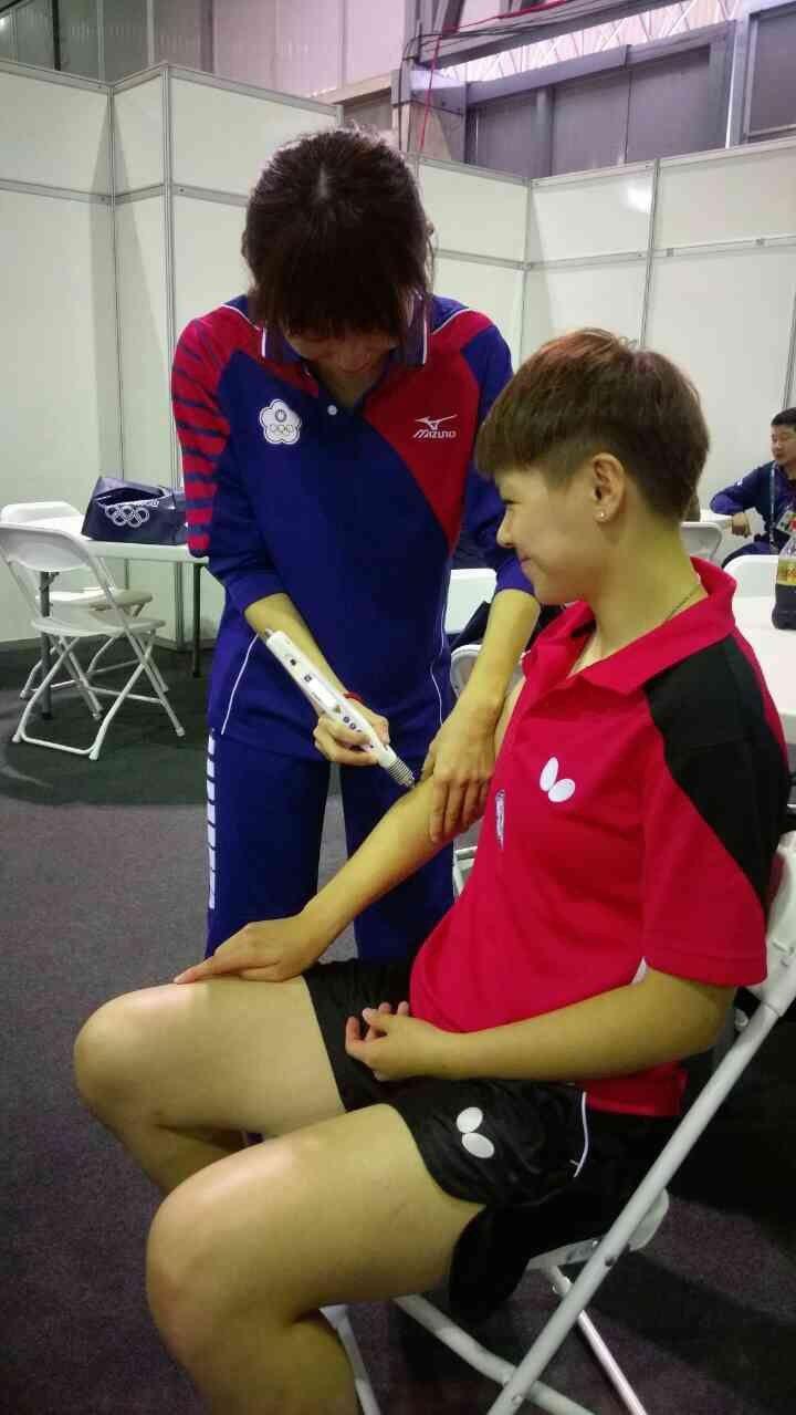 里約奧運桌球國手陳思羽透過雷射針灸來恢復疲勞。 圖/郭純恩醫師提供