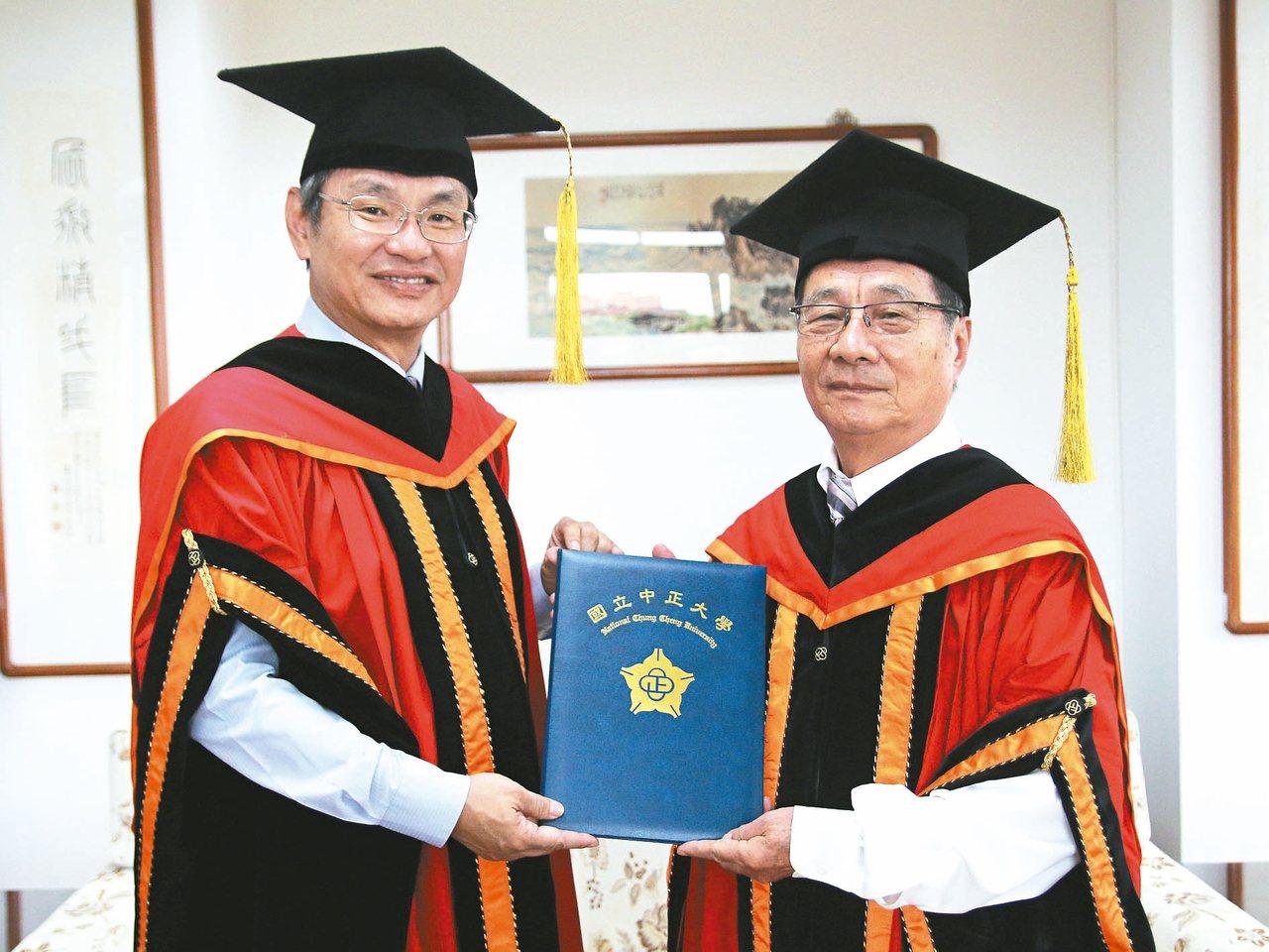 高齡74歲的林啟同(右),日前回母校祝賀曾經擔任他教授的馮展華(左)榮升中正大學...