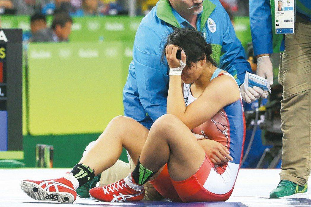 里約奧運角力比賽,台灣奧運史上首位女子角力選手陳玟陵,在69公斤量級16強賽,對...