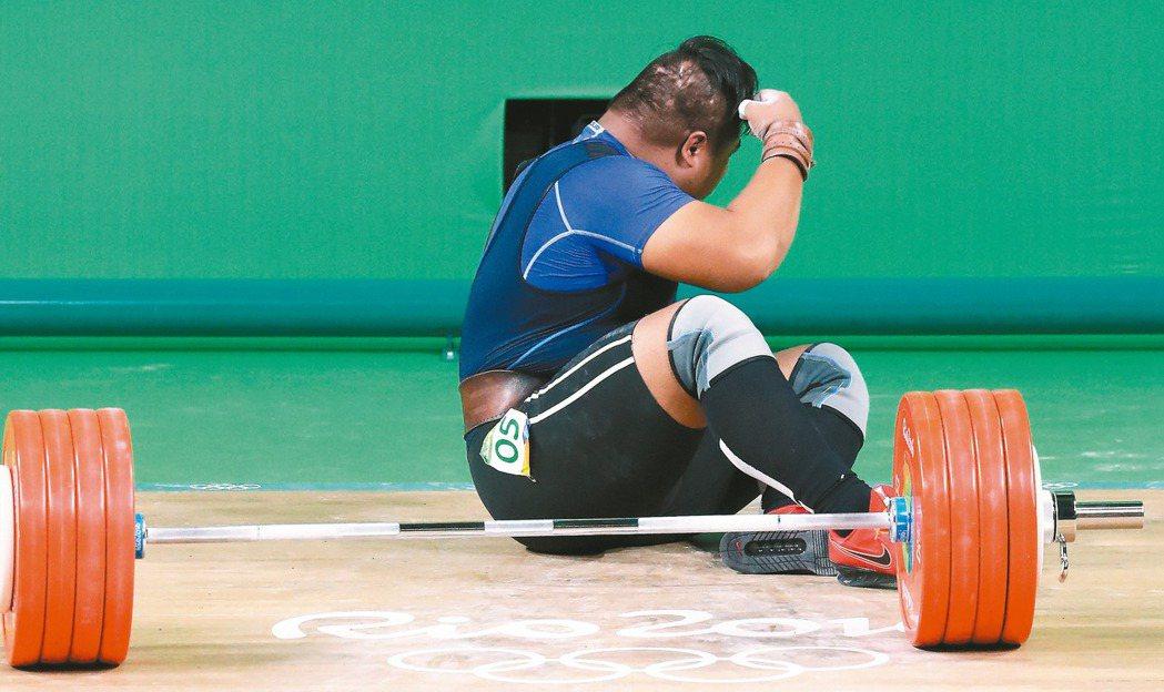 抓舉185公斤、挺舉三次都失敗,「失格」收場;陳士杰坐在地上許久,神情失落。 特...