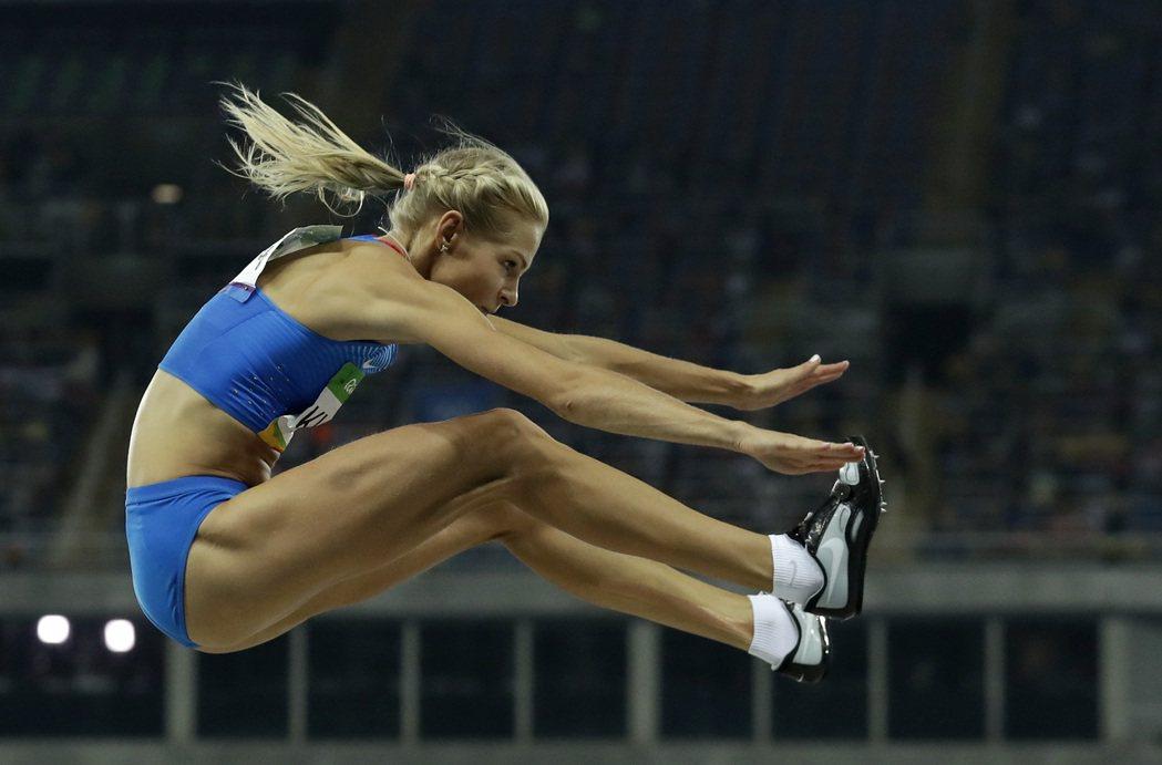 俄羅斯跳遠美女克莉席娜奮力一跳。 美聯社