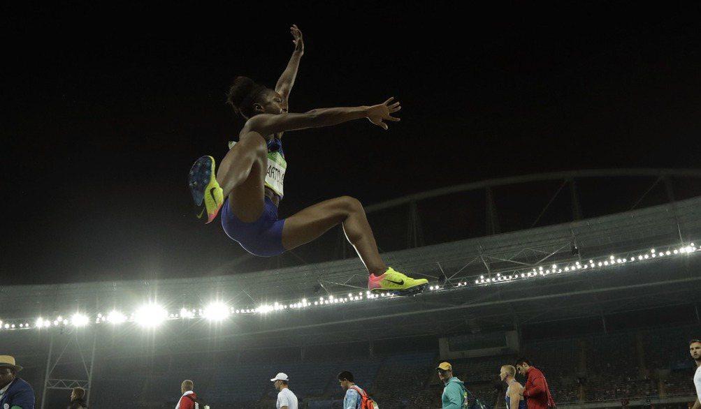 美國選手巴托莉塔跳遠就像飛了起來。 美聯社