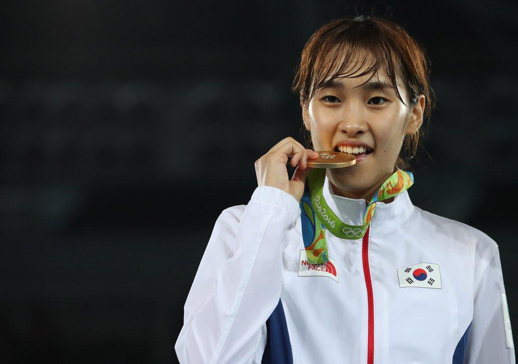 南韓跆拳道女將金秀慧,在49公斤級賽事奪金。 歐新社