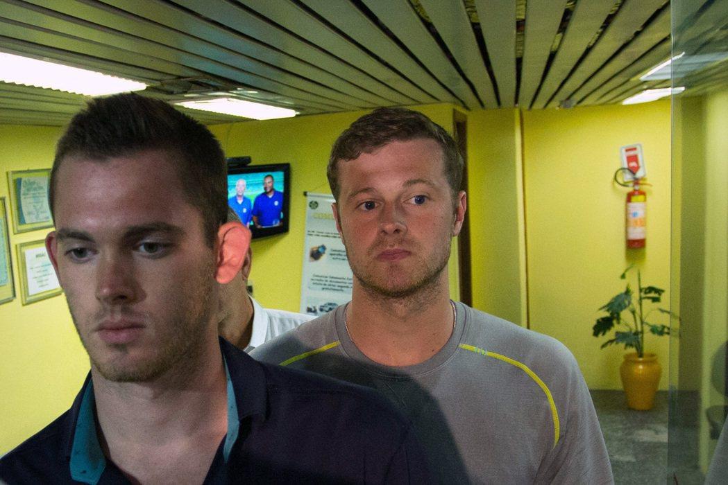 美國游泳選手班茲(左)與康格(右),在臨上飛機前被巴西政府留置。 美聯社