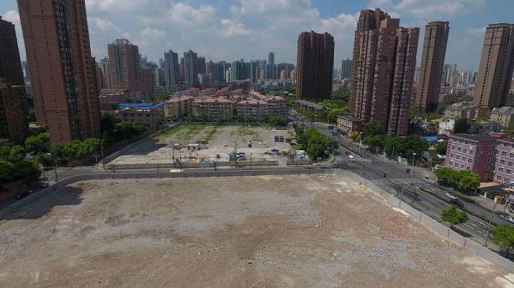 上海市中心靜安區住宅用地,每平方公尺造價高達11萬,圖為地塊航拍圖。(取材自澎湃...