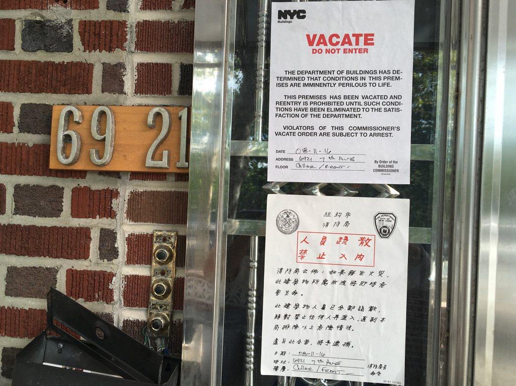 房屋大門張貼著查封令。(記者黃伊奕/攝影)