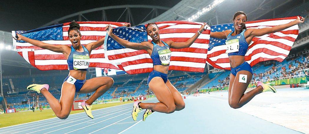 美國隊羅林斯(中)、阿里(右)、卡斯特琳(左)包辦前三,同批國旗成為罕見畫面。 ...