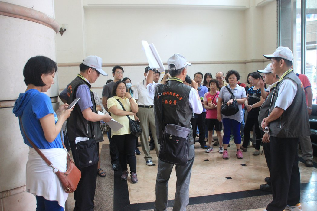 行政執行署台南分署今年首度試辦帶看法拍屋,受廣大迴響與好評。台南分署今天再次帶看...