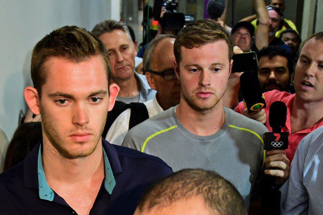 美國奧運游泳選手班茲(左)與康格,走出里約機場警察局。(Getty Images...