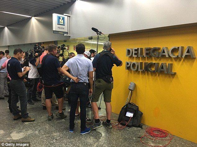 兩名美國奧運游泳選手被巴西警察扣留,在機場引起媒體騷動。(Getty Image...