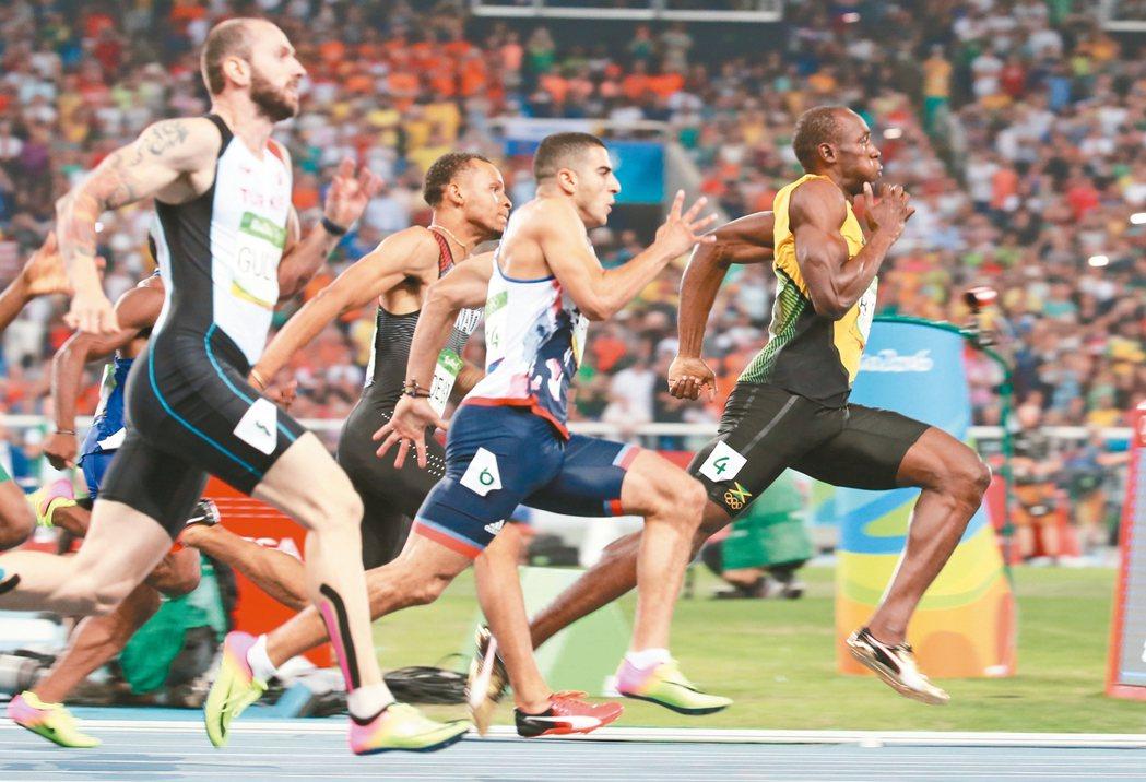 柏特(右)在男子200公尺準決賽一馬當先,今天尋求三連霸。 特派記者陳正興/攝影