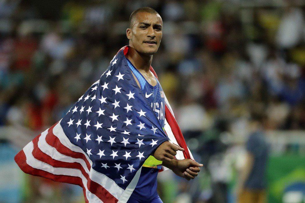 美國田徑名將伊頓成功衛冕男子十項全能金牌,並以8893分追平2004年謝布爾勒在...