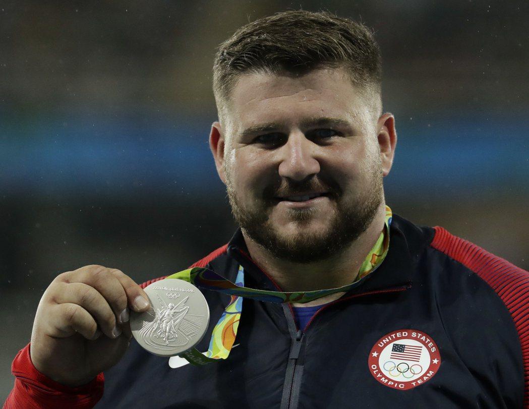 美國田徑選手柯瓦奇在奧運男子鉛球決賽,推出21公尺78成績,獲得生涯首面奧運銀牌...