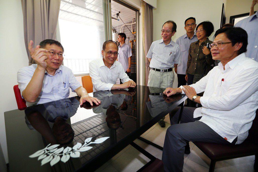 行政院長林全(左二)上午在台北市長柯文哲(左一)的陪同下與內政部長葉俊榮(右一)...