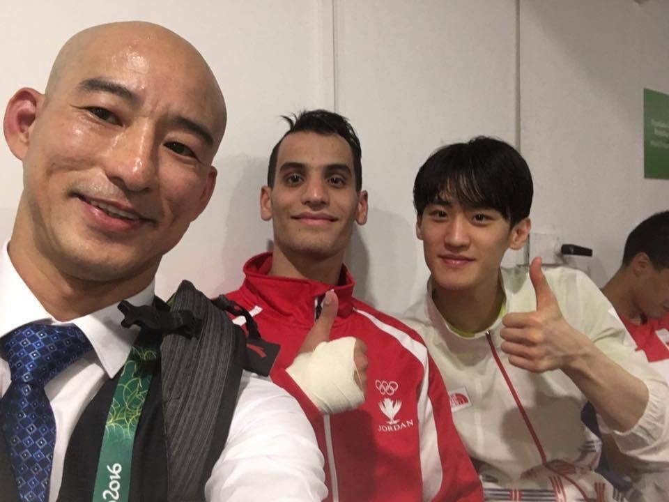 張文賓(左)帶出約旦史上第一面金牌,賽後歡喜與子弟兵(中)合影。(截取自張文賓臉...