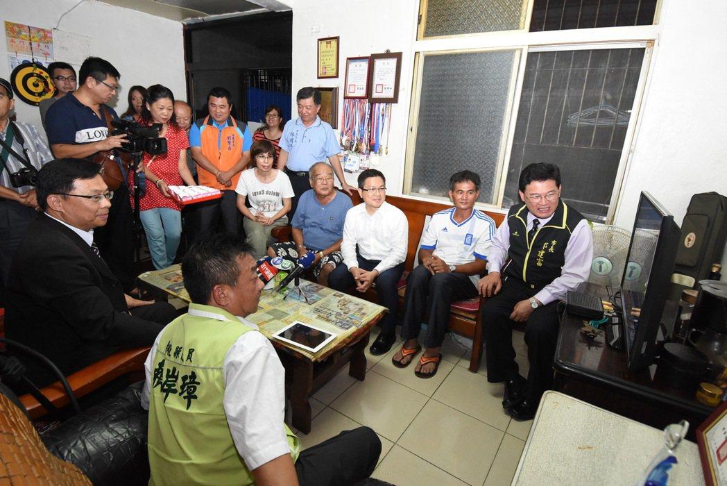 彰化縣長魏明谷(右三)、市長邱建富(右一),及劉威廷家人,緊盯電視為他加油。記者...