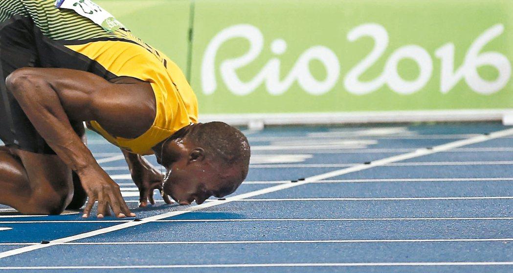在男子二百公尺完成三連霸後,牙買加柏特親吻著跑道。 歐新社