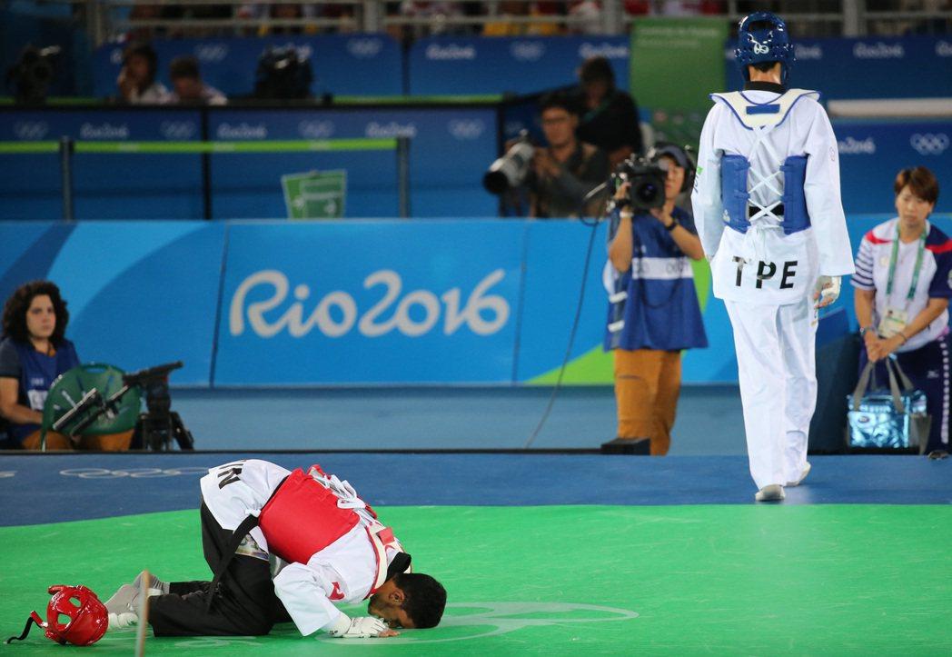 突尼西亞選手奧斯拉提(左)獲得勝利後,跪地親吻,我國劉威廷只留下落寞的背影。特派...